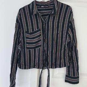Løstsiddende skjorte fra Zara. Svarer til en str. M. Brugt to gange