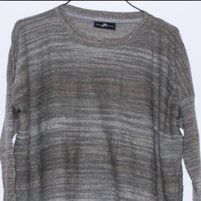Trøje fra Stylebutler  Grå og sølv Style Butler bluse Tynd striktrøje med glimmer i Strik Trøje Sweater Str. M  Fra nakken og ned: 64 cm.