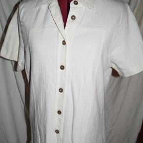 Varetype: Bluse: The Earth Collection XL Farve: Beige Oprindelig købspris: 299 kr.  Bluse/skjorte fra The Earth Collection str. xl   Skulder til bund 61cm  Armhule ti bund 41cm    spørg til porto uden for DK