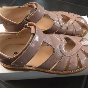 Fine sandaler med hjerte  samt velcrolukning og rågummisål.  Passer til normal til smal fod.  Måler 15,7 cm  Fast pris 450,-