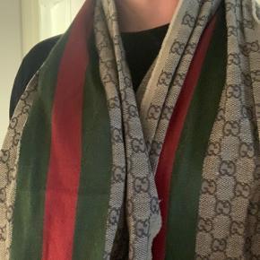 Vanvittigt lækkert Gucci-scarf i lækker kvalitet, som virkelig mærkes. Sælges da det ikke længere bliver brugt, hvilket kan være svært at se at det har. Prisen kan være til forhandling ved seriøse bud :-)