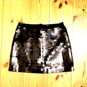 Str. 34. Sort festlig kort nederdel. Kun brugt 2 gange og alle palietter er der stadig.