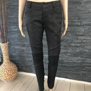Total lækre skind leggings  Brugt få gange  Nypris 2600 kr.  Liv 82 cm Indvendig benlængde 79 cm Skridthøjde 21 cm  Hægten er lidt slatten men kan fikses.  Derfor den billige pris