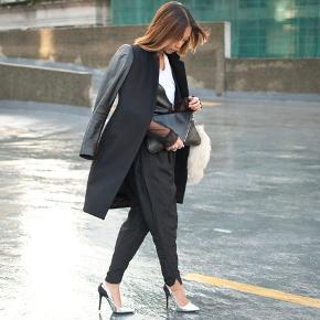 Super flot og klassisk frakke fra Zara Woman.  I pæn stand, men der er desværre et hul indvendigt i foret tæt ved ærmet (se sidste billede). Dog vil jeg mene det kan sys uden problemer.   Ærmer i skind.  Komposition: 45% uld, 40% læder, 15% polyamide. Lining: 100% viskose   (First photo credit: The Haute Pursuit)    #trendsalesfund
