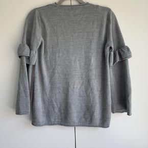 Sweater med lækker detalje på ærmerne. Brugt 2 gange.