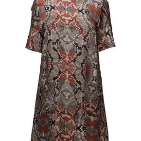 Skøn kjole i de flotteste farver. Aldrig brugt - med prismærke. Købsprisen var 1699 kr. 100% viskose - krøller ikke!  Hvis du har spørgsmål, så skriv her på annoncen - jeg svarer ikke i privatbeskeder.