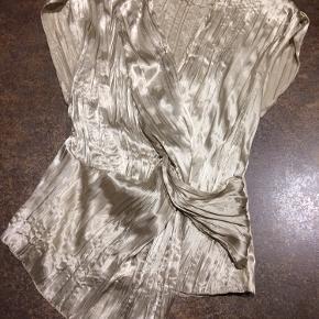"""Fin guld/champagne farvet top. Brugt to gange. Fin sammen medt nederdelen jeg også sælger. Se annoncen med """"Zara Nederdel"""" :-)"""