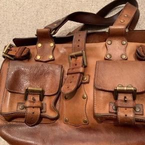 Klassisk, smuk Mulberry Roxanne taske i brun. ** Kvittering haves **  Købt hos Mulberry på Strøget.  Kvittering haves.   Måler: 35 cm længde, 20 cm højde, 18 cm bredde i bunden.   På læder ses lidt farveforskel, som på Mulberry læderet gør den smukkere. Kan jævnes ved, at bruge læder pleje.   Nypris 7000,-  Sælges for 2500,-