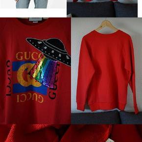 Varetype: Sweatshirt Farve: Rød Oprindelig købspris: 6685 kr. Prisen angivet er inklusiv forsendelse.  Gucci UFO Embroidered Sweatshirt, Rød Str. S, men fitter større - Jeg vil sige M, men se mål Model / Reference: 457924-X9D26 - Det står i tagget Stand: 10/10 ALDRIG BRUGT! Nypris på $1012 / 6685 kroner Bud modtages gerne  Armhule til armhule: 57cm Armhule og ned: 45cm  Slå modelnummeret op online for billeder af modellen.  Flere billeder kan sendes på telefon, Instagram, Facebook, snapchat etc. Befinder sig i Nørresundby og jeg kører gerne lidt til den rette pris. Kan også sendes.