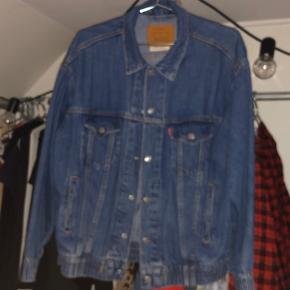 Oversize levi's cowboyjakke  Perfekt med hoodie indenunder her til efteråret!   Kan passe alt fra en small til large.