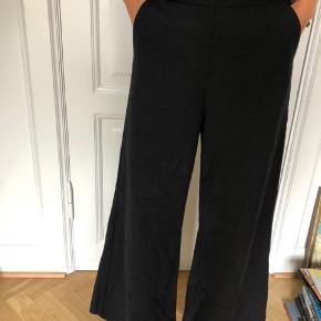 Rabens Saloner bukser  Style: Genny Materiale: Kan ses på sidste billede  Beskrivelse: højtaljede bukser, som er super bred-benet med en lynlås i venstre side  Skriv endelig, hvis du ønsker flere informationer🌸