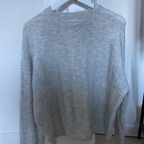 En fin basic lysegrå sweater fra Mango. Vasket få gange men stadig dejlig blød