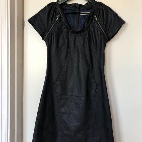 Sort kjole, let skinnende stof med blåt foer. Brugt få gange, så fin.
