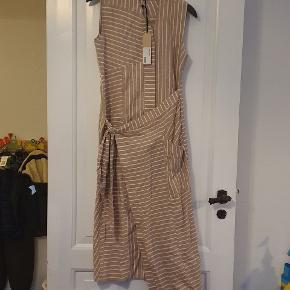 Lækker kjole fra Whyred, model Amaia Stripe, farve Tannin Stripe, str 34. Helt ny og stadig med tags.