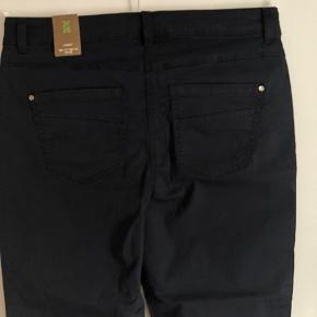 """Aldrig brugt. Smarte 7/8 lange bukser i god stræk.  Farven er flot dæmpet blå og størrelsen er 32""""."""