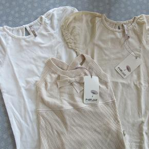 Pompdelux pakke, str. 5-6. Består af: 1 stk. beige-farvet bluse med korte ærmer (aldrig brugt, stadig med mærke). 1 stk. beige-farvet vest med kryds på ryggen (aldrig brug, stadig med mærke). 1 stk. hvid bluse med korte ærmer (kun brugt et par gange).  Sælges samlet for 150 kr. pp, men KUN via Mobilepay.