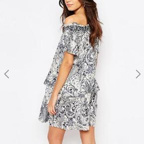 Varetype: kjole off shoulder ruffle dress mønster paisley Farve: Multi  Sælger denne fine kjole fra Vila, som kun er brugt en enkelt gang :-)  Den sælges for 75 + porto :-)