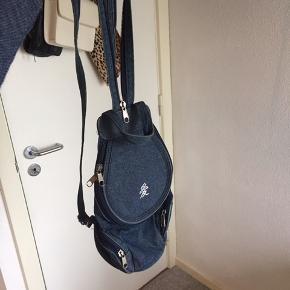 Lille denim rygsæk med fede detaljer