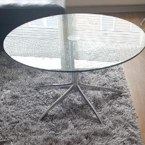 Stressless Urban Sofabord 48 x 90 cm  Klar glasplade Stel i krom Diameter 90 cm Højde 48 cm vægt 20 kg  Virkelig flot kvalitets sofabord i yderst velholdt stand !!  Købt i ide-Møbler og NYPRIS 4.500 kr   PRIS 1500 kr
