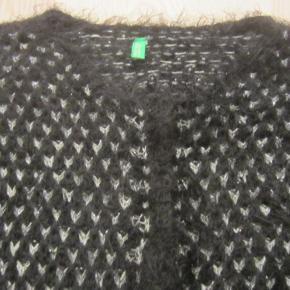 Super pæn og yderst velholdt cardigan i sort/sølv. Der er skjulte trykknapper hele vejen ned foran.  Meget blød og vamset kvalitet i 56% akryl, 41% polyamid, 2% viscose & 1% polyester . Der står str. 160 (11-12 år i den).  Porto: 36 kr. sendt som pakke uden omdeling med DAO.  Jeg har en masse tøj til salg til både baby, piger, drenge, mænd og kvinder i stort set alle størrelser. Jeg kan sende dig en mail med billeder, med den/de størrelser du ønsker, hvis du sender mig din mailadresse :-)