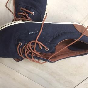 Skoene er aldrig brugt. Står som nye. Kostede ca 500kr fra ny