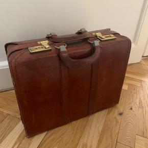 Gammel rødbrun kuffert. Måler 46x36 cm.