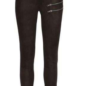 Rabens Saloner Zarina 64451403 Style: Zarina Golden Leather Pants Colours: Gold, Black 100% Leather Fantastisk skindbuks med lynlåsdetaljer.-