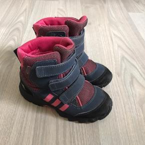Rigtig fine tex. Vinterstøvler fra Adidas Rigtig fin stand Købspris 649.-
