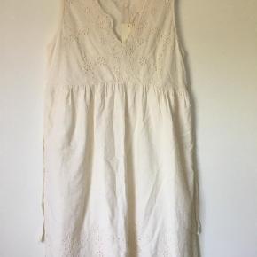 Brand: Pier one Varetype: Midi Farve: Råhvid  Rigtig sød ny kjole. Dobbelt lag ved bryst og skørt. Æg 48. Længde 97