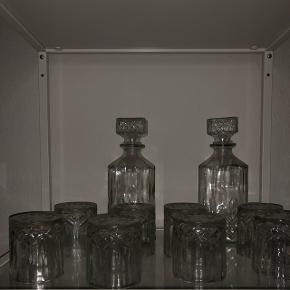 8 whiskyglas med to karaffeler til Aldrig brugt. Kun stået til pynt.  Kan også bruges til vandglas
