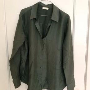 Smuk skjorte i 100% silke fra H&M Trend / Premium Collection. Størrelse 42, men er selv str 38 og har brugt den som let oversize.