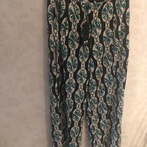 Flotte nye sommer bukser i flot print med blomster / stoffet er blank ny pris var ca 499-,