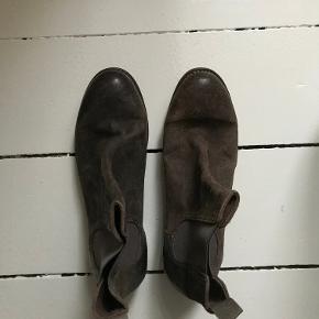 Super fine støvler fra The Last Conspiracy. Er aldrig brugt. Chelsea boots.   Farven er en brun, grå, grøn nuance.   Skriv til 20747002 for flere billeder. Kan afhentes i København, på Nørrebro.