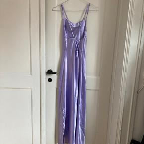 Fin kjole i one size fra ØST London. Jeg har kun brugt den en gang. Længen er over knæene.