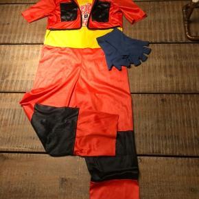 Bakugan udklædning. Dragt med indbygget jakke og cool krave, der kan stå. Lukkes med Velcro. 2 blå fingerhandsker medfølger. 5-6 år.