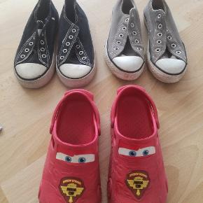 To par gummisko og et par røde lynet sko, de sorte gummisko er en str 32,5 og de grå af mærket All star de er en str 32, de røde lynet sko kan jeg ikke huske str på