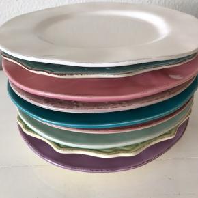 Sælger 10 stk middagstallerkener fra Rice. 5 af dem er i forskellige farver og 5 af dem er i forskellige mønstre. De har aldrig været brugt, bare stået i skabet. Flere af dem er udgået fra forhandleren.  Sælges samlet. Sender ikke.