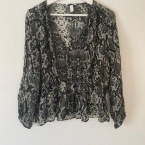 Fin bluse fra H&M med flot smock detalje i taljen. Brugt og vasket en enkelt gang. Passer en 38/40 ☺️ 100% viskose.