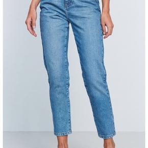 Gina tricot jeans i blå Brugt 2-3 gange- ingen mærker eller huller. Sælges da de er blevet for små. Str. 36 Ny pris omkring 300kr.
