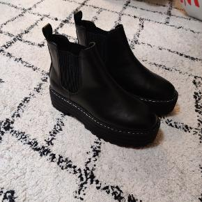 Sælger disse sko. De er kun prøvet på indenfor. ❄️