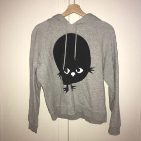Lysegrå hoodie med sødt Monki-monster. Den er brugt, men stadig i god stand (lidt tynd i det). Prisen er ekskl. porto, og denne er på købers regning. Jeg kan mødes i Aarhus for at handle, hvis det har interesse. Der gives mængderabat, så tjek gerne resten af min shop.