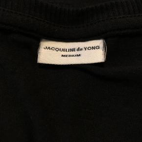 Sort Jacqueline de Yong t-shirt med hvid tekst