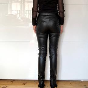 Fine læderbukser med smukke detaljer.  Materiale: udvendig: 100% PU og indvendig 100% polyester