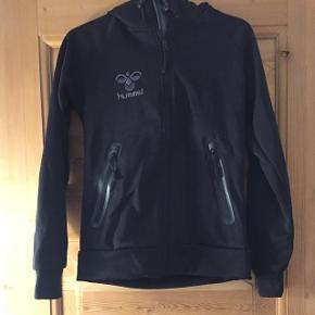 Flot Hummel jakke str xs.  Desværre købt for lille - derfor max brug 1-2 gange, så er næsten som nu.  Flot jakke, mængderabat gives