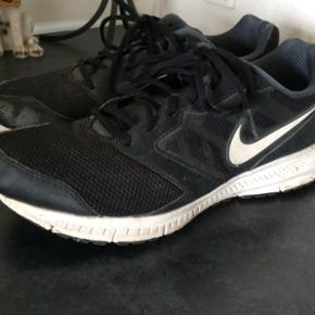 Original Nike sko  Str. 42.5 (27cm) Brugt 1-2 mdr. Som skole sko I fin stand.