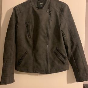 """Super fed """"læder""""jakke fra only. Købt november 2018. Prøvet på 1 gang. Aldrig(!!!!) brugt. Ingen slid, mærker eller skader derpå.  Nypris var 379,95kr  Pris forslag 155kr inkl fragt eller levering"""