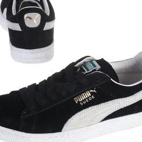 Varetype: Sneakers Farve: Sort Oprindelig købspris: 599 kr.  Nye klassisk Puma sneakers i sorte - brugt 1 gang og frsmtår som nye.     De oster 599 kr fra nye i Naked - og min mindstepris er 200 kr pp - bytter ikke.
