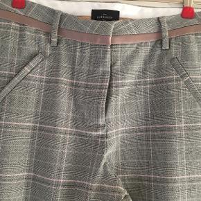 Flot grå buks med rosa striber. 7/8 benlængde. Livvidde 2 x 41 cm.  Som ny, da desværre købt for små.  Str. 36/38.
