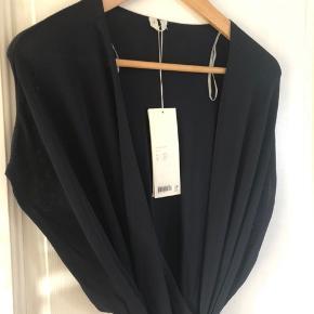 Sælger 2 slå-om kjoler fra Arket, ubrugt og stadig med prismærker på. Desværre er de bare ikke min stil :(  En er mørkeblå og den anden er sort.