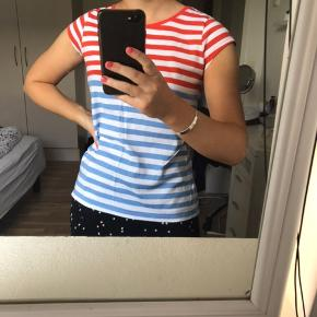 Stribet flerfarvet tshirt fra Mads Nørgaard. Størrelse fremgår ikke, men passer en str. xs-(lille)m